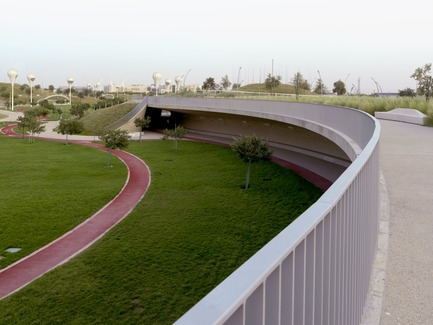 Press kit | 2404-02 - Press release | Oxygen Park, Education City, Doha - Qatar Foundation, AECOM - Institutional Architecture -  Covered Walkway - Upper Park Level  - Photo credit: Markus Elblaus