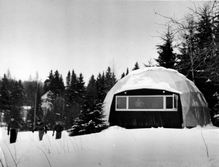 Press kit | 748-32 - Press release | Montréal's Geodesic Dreams: Exhibition at UQAM Centre de Design - Centre de design de l'UQAM - Event + Exhibition - Jeffrey Lindsay, Skigloo, 1952 - Photo credit:  Copyright : Fonds Jeffrey Lindsay, Archives d'architecture canadienne, Université de Calgary.