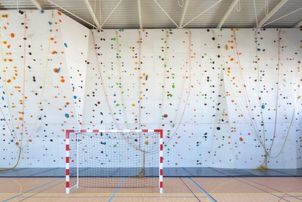 Press kit | 921-10 - Press release | Sports Hall of the Jean-Louis Trintignant Middle School in Uzès - France - NBJ architectes - Institutional Architecture - View of the climbing wall - Photo credit: ©photoarchitecture.com