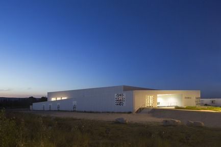 Press kit | 921-10 - Press release | Sports Hall of the Jean-Louis Trintignant Middle School in Uzès - France - NBJ architectes - Institutional Architecture - Général view of the sport hall by night - Photo credit: ©photoarchitecture.com