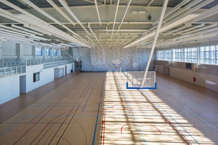 Press kit | 921-10 - Press release | Sports Hall of the Jean-Louis Trintignant Middle School in Uzès - France - NBJ architectes - Institutional Architecture - View of the sport field - Photo credit: ©photoarchitecture.com