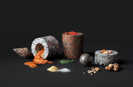 "Dossier de presse | 990-05 - Communiqué de presse | Out with Marble: KAYIWA Proves That Granite Has Always Been ""In"" - KAYIWA - Produit - SM Mortar and Pestle - Maaninka Pink, Moss Granite, Arctic Pearl, Arctic Red and Forest Pearl  - Crédit photo : KAYIWA"