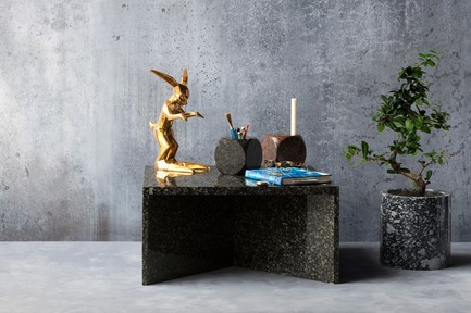 "Dossier de presse | 990-05 - Communiqué de presse | Out with Marble: KAYIWA Proves That Granite Has Always Been ""In"" - KAYIWA - Produit - NZELA Coffee Table - Baltic Green & OSMO Flower Pot - Viitasaari Dark - Crédit photo : KAYIWA"