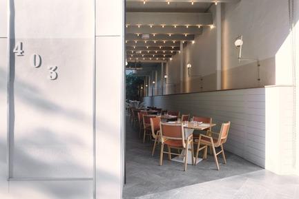 Dossier de presse | 788-05 - Communiqué de presse | Restaurant Perles et Paddock - FX Studio par Clairoux - Design d'intérieur commercial - aménagement d'intérieur restaurant terrasse, puit de lumière, relation continue entre l'extérieur et l'intérieur - Crédit photo : atelier welldone