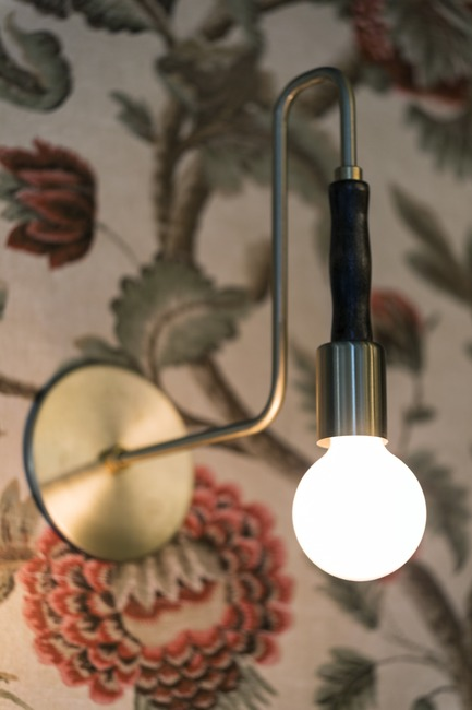 "Dossier de presse | 788-05 - Communiqué de presse | Restaurant ""Perles et Paddock"" - FX Studio by clairoux - Commercial Interior Design - interior design wall paper brass custom sconces restaurant decoration by Cairoux - Crédit photo : atelier welldone"