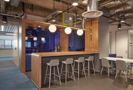 Dossier de presse | 2757-03 - Communiqué de presse | HGA San Francisco Unveils RealPage Headquarters - HGASan Francisco - Commercial Architecture - Each neighborhood offers a coffee bar where employees can relax and unwind during the work day. - Crédit photo : Benny Chan Photography