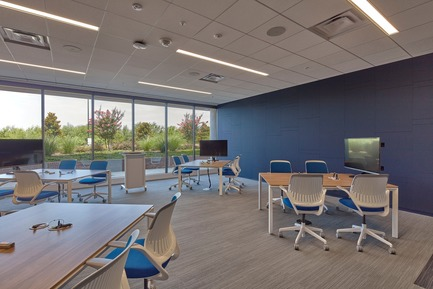 Press kit | 2757-03 - Press release | HGA San Francisco Unveils RealPage Headquarters - HGASan Francisco - Commercial Architecture - A flexible furniture system allows groups to reconfigure the conference room as needed. - Photo credit: Benny Chan Photography