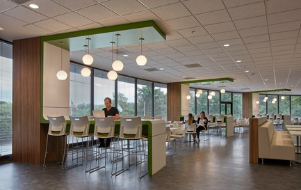 Press kit | 2757-03 - Press release | HGA San Francisco Unveils RealPage Headquarters - HGASan Francisco - Commercial Architecture - New amenities like the farmer's market-style cafeteria help create one workplace culture. - Photo credit: Benny Chan Photography