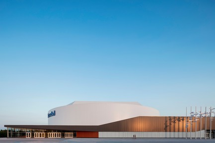 "Press kit | 865-28 - Press release | A ""Must-see"" Sports Arena: Design of Place Bell to Redefine Stadium Experience - Lemay - Commercial Architecture -  Claude Gagné St. facade with public artwork ""Faire la vague"" by sculptor Michel Goulet  - Photo credit: Adrien Williams"