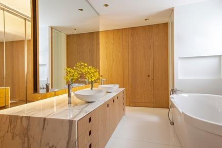 Press kit | 3039-01 - Press release | AQHApartment - Coletivo Arquitetos - Residential Interior Design - Master Bath - Photo credit: RuiTeixeira