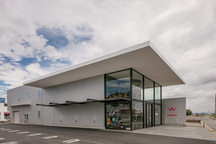 Dossier de presse | 3003-01 - Communiqué de presse | Le magasin phare WADA Sports - Matsuya Art Works / KTX archiLAB - Design d'intérieur commercial - Vue Generale du batiment<br> - Crédit photo : Stirling Elmendorf