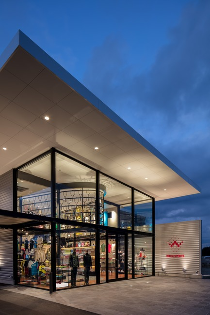 Dossier de presse | 3003-01 - Communiqué de presse | Le magasin phare WADA Sports - Matsuya Art Works / KTX archiLAB - Design d'intérieur commercial - Le coin vitre de la facade<br> - Crédit photo : Stirling Elmendorf