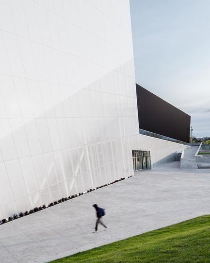 Press kit | 2206-02 - Press release | Complexe sportif Saint-Laurent - Saucier + Perrotte Architectes/HCMA - Institutional Architecture -  Main entrance - Photo credit: Olivier Blouin