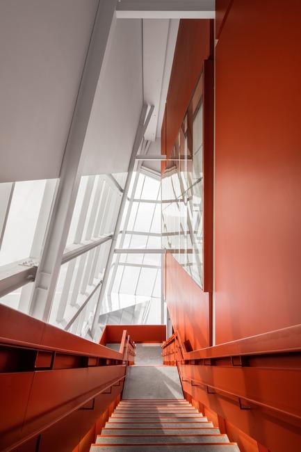 Dossier de presse | 2206-02 - Communiqué de presse | Complexe sportif Saint-Laurent - Saucier + Perrotte Architectes/HCMA - Architecture institutionnelle - Escaliers - Crédit photo : Olivier Blouin