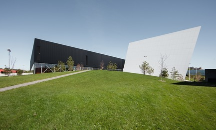 Press kit | 2206-02 - Press release | Complexe sportif Saint-Laurent - Saucier + Perrotte Architectes/HCMA - Architecture institutionnelle - Arrière - Photo credit: Olivier Blouin