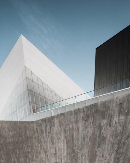 Press kit | 2206-02 - Press release | Complexe sportif Saint-Laurent - Saucier + Perrotte Architectes/HCMA - Institutional Architecture - Main entrance path<br> - Photo credit: Olivier Blouin