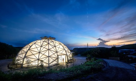 Dossier de presse | 3092-01 - Communiqué de presse | Cactus Park in Taiwan Draws Architectural Inspiration from Prickly Succulents - CCL Architects & Planners - Landscape Architecture - Echinocactus grusonii cactus greenhouse in night - Crédit photo : CCL Architects & Planners