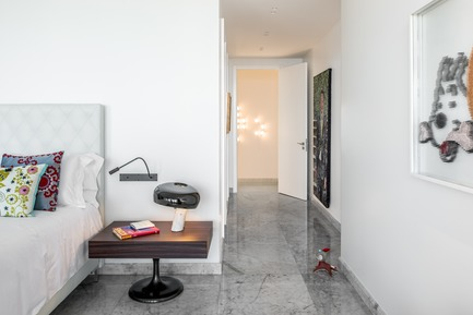 Dossier de presse | 2769-01 - Communiqué de presse | One Oak 5A2 - Askdeco - Residential Interior Design - - Table Lamp - Snoopy by Flos<br>- Night Stand: Lane By Minotti<br>-Bed: Diamant  by Treca Interiors <br>- Wall Light: by local Lebanese Designer PSLAB<br>- Artwork: Milou by Lebanese local artist HAWINI  - Crédit photo : Alex Jeffries