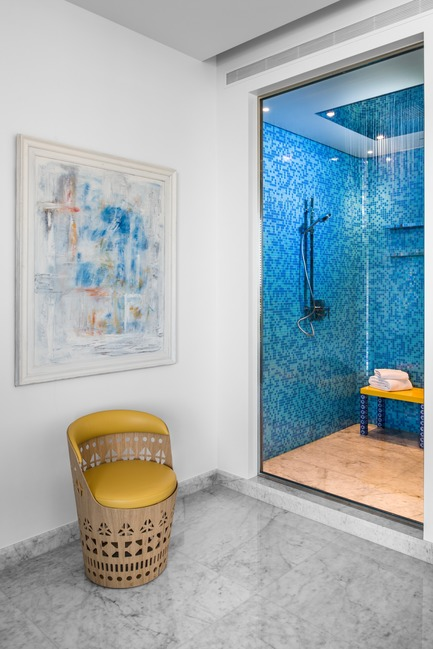 Dossier de presse | 2769-01 - Communiqué de presse | One Oak 5A2 - Askdeco - Residential Interior Design - - Blue Mosaic - Bisazza<br>- Seating : Dogon SH by Emmemobili - Crédit photo : Alex Jeffries