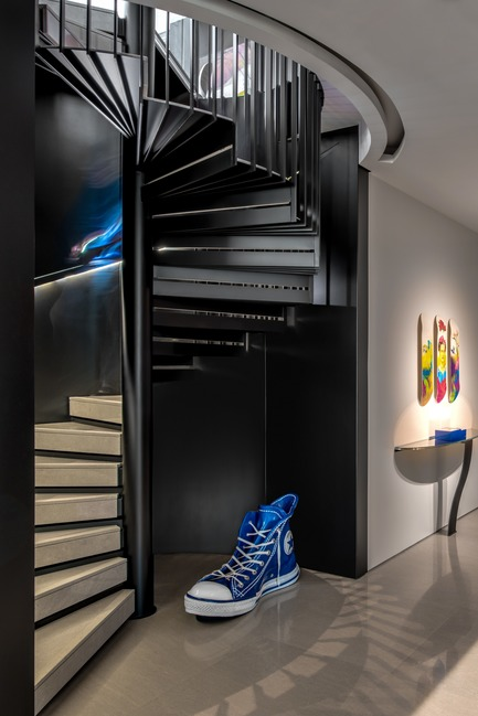 Dossier de presse | 2769-02 - Communiqué de presse | One Oak 3&4 B2 - Askdeco - Design d'intérieur résidentiel - - Metal stairs by ACID local lebanese supplier<br>- Console&nbsp;CO7 - Pouenat<br>- Artwork Skate board by Fotis Gerakis<br>- Converse Blue- Alain Salomon - Crédit photo : Alex Jeffries&nbsp;