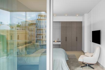 Press kit | 2769-02 - Press release | One Oak 3&4 B2 - Askdeco - Residential Interior Design - - Iwan Makttabi carpet<br>- Minotti armchair<br>--IKO bed - Flou - Photo credit: Alex Jeffries