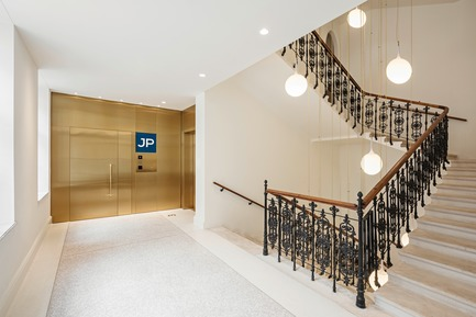 Dossier de presse | 2274-02 - Communiqué de presse | Telegraf 7 - BEHF Architects - Commercial Architecture -  Office entrance and staircase  <br><br> - Crédit photo : Hertha Hurnaus