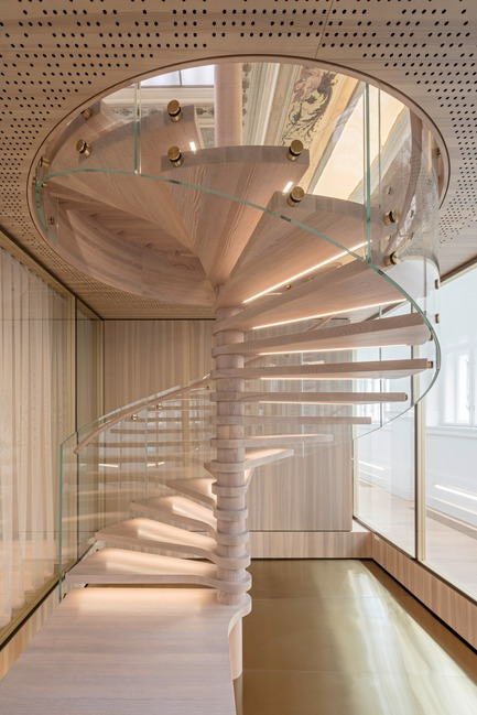 Dossier de presse | 2274-02 - Communiqué de presse | Telegraf 7 - BEHF Architects - Commercial Architecture -  Wooden spiral staircase   - Crédit photo : Hertha Hurnaus