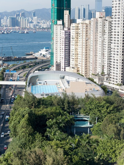 Dossier de presse | 1474-01 - Communiqué de presse | Hong Kong's Kennedy Town Swimming Pool - Farrells - Commercial Architecture - Kennedy Town Swimming Pool Phase I – prior to the construction of Phase II. Belcher Bay Park is in the foreground. - Crédit photo : Farrells