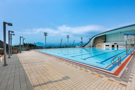 Dossier de presse | 1474-01 - Communiqué de presse | Hong Kong's Kennedy Town Swimming Pool - Farrells - Commercial Architecture - The 50-metre outdoor pool, offering views of Victoria Harbour and Hong Kong's outlying islands. - Crédit photo : Farrells