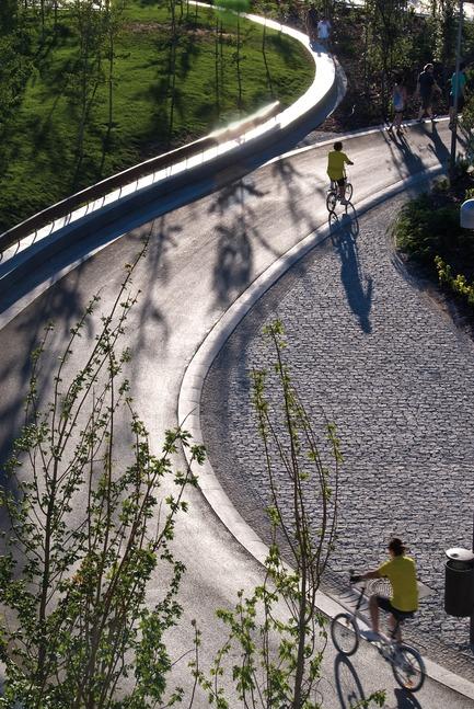 Press kit | 3076-01 - Press release | Madrid Rio. Une nouvelle écologie urbaine - Burgos & Garrido; Porras La Casta; Rubio & A-Sala et West 8 [Ginés Garrido, directeur du projet] - Landscape Architecture -  Arganzuela Park  - Photo credit: Ana Müller