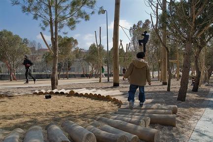 Dossier de presse | 3076-01 - Communiqué de presse | Madrid Rio. Une nouvelle écologie urbaine - Burgos & Garrido; Porras La Casta; Rubio & A-Sala et West 8 [Ginés Garrido, directeur du projet] - Architecture de paysage - Parc àjeux - Crédit photo : Ana Müller