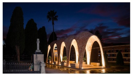 Dossier de presse | 3109-01 - Communiqué de presse | Mortuary Chapel for the Soriano-Manzanet Family - Vegas&Mileto - Art - General view of the mortuary chapel at night - Crédit photo : Vegas&Mileto