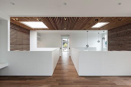 Dossier de presse | 3057-01 - Communiqué de presse | Flipped House - Atelier RZLBD - Residential Architecture - Flipped House, family room / bridge - Crédit photo : Borxu