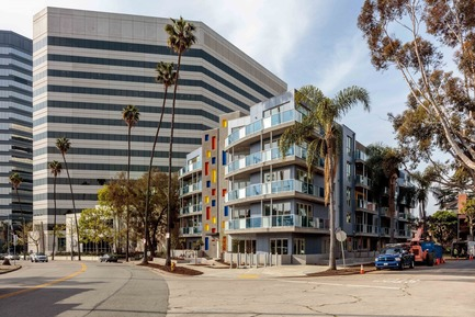 Dossier de presse | 3136-01 - Communiqué de presse | The Tides Brentwood - Valerie Schweitzer Architects - Architecture résidentielle - The 5 story high building on a prominent site, helps to harmonize the neighborhood, tying together the bulky office buildings to the south with the smaller cottages to the North - Crédit photo : Josh White Productions
