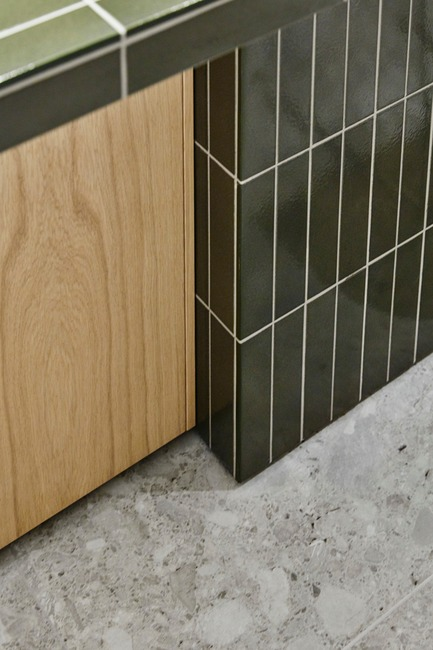 Press kit | 2506-03 - Press release | How to Dress - AGROB BUCHTAL - Commercial Interior Design - Craft wall tile series by Agrob Buchtal: high-gloss glazes with an impressive optical depth and an earthy archaic character. Combined with a unique design language based on the classic strip-tile format. - Photo credit: Agrob Buchtal GmbH / Mikko Ryhänen