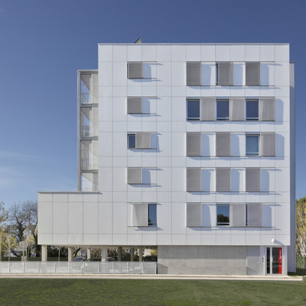 Press kit | 1059-01 - Press release | Accommodations with low consumption in the Leonard de Vinci school - Hellin-Sebbag architectes associés - Residential Architecture - Façade Est : Vêture sur isolation extérieure en panneaux d'Eternit blanc. East façade: White Eternit panel cladding over outsolation.  - Photo credit: Benoit Wehrlé