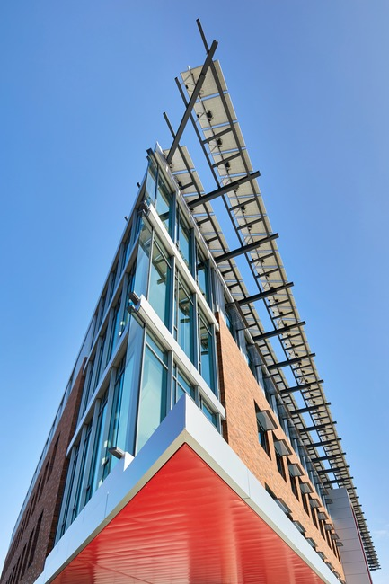 Dossier de presse | 3178-01 - Communiqué de presse | WSU University Center Expands Higher Education in North Puget Sound Region - SRG Partnership, Inc. - Institutional Architecture - The University Center building sets a high bar for energy performance and will serve as a baseline for future campus development. A large array of photovoltaic panels at the roof is dramatically exposed as the building's cornice, cantilevering beyond the south façade. - Crédit photo : Copyright 2017 Benjamin Benschneider All Rights Reserved
