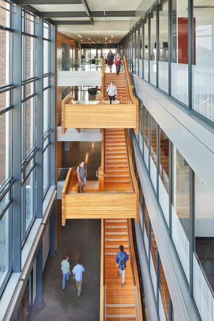 Dossier de presse | 3178-01 - Communiqué de presse | WSU University Center Expands Higher Education in North Puget Sound Region - SRG Partnership, Inc. - Institutional Architecture - Created with regional materials by regional craftspersons, the wood stair is both a reference to the history of the Pacific Northwest timber industry and a statement of modern engineering, combining renewable resources, creative ambition, and advanced manufacturing technologies. - Crédit photo : Copyright 2017 Benjamin Benschneider All Rights Reserved