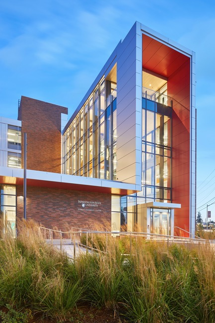 Dossier de presse | 3178-01 - Communiqué de presse | WSU University Center Expands Higher Education in North Puget Sound Region - SRG Partnership, Inc. - Institutional Architecture - Replacing 80,000 sf of impervious asphalt, the new pedestrian-scaled landscaping includes seating pockets that foster social interactions and low-impact raingardens for stormwater infiltration. A below-grade cistern captures rain fall from the roof and reusing it for toilet flushing and irrigation. - Crédit photo : Copyright 2017 Benjamin Benschneider All Rights Reserved