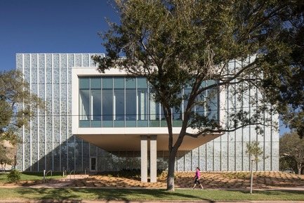 Press kit | 2353-02 - Press release | Innovative and Award-Winning Facade of USF-SP's Tiedemann College of Business Recalls Native Coral in Ecofriendly Envelope - ikon.5 architects - Institutional Architecture - South facade along 8th Avenue South - Photo credit: Brad Feinknopf