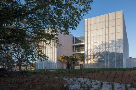 Press kit | 2353-02 - Press release | Innovative and Award-Winning Facade of USF-SP's Tiedemann College of Business Recalls Native Coral in Ecofriendly Envelope - ikon.5 architects - Institutional Architecture - Photo credit: Brad Feinknopf