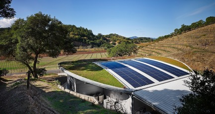 Dossier de presse | 3089-01 - Communiqué de presse | Odette Estate Winery - Signum Architecture LLP - Industrial Architecture - Solar panels and a living roof contribute to the project's LEED Gold certification. - Crédit photo : Adrian Gregorutti
