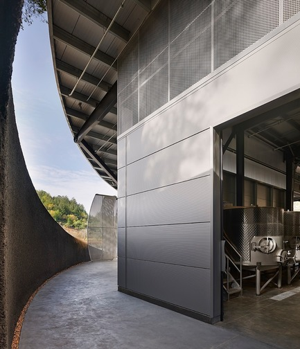 Dossier de presse | 3089-01 - Communiqué de presse | Odette Estate Winery - Signum Architecture LLP - Industrial Architecture - While tucked into the eastern hills of the Napa Valley, Odette's production facility feels open and airy as ample natural light enters the work space.  - Crédit photo : Adrian Gregorutti