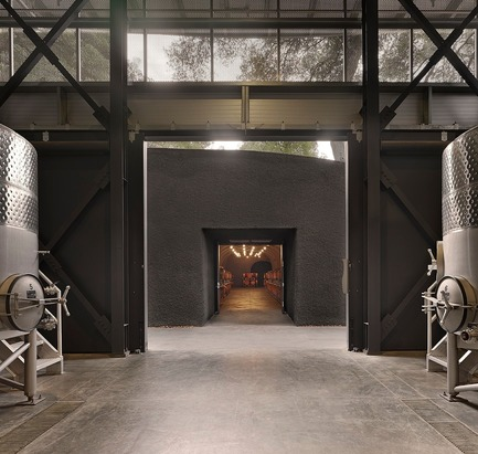 Dossier de presse | 3089-01 - Communiqué de presse | Odette Estate Winery - Signum Architecture LLP - Architecture industrielle -  View from winery production area toward the cave portal and barrel storage. - Crédit photo : Adrian Gregorutti