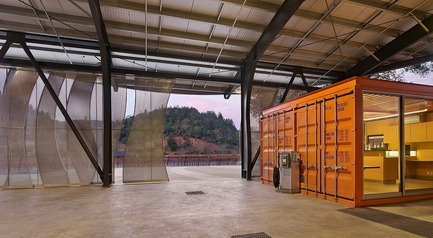 Dossier de presse | 3089-01 - Communiqué de presse | Odette Estate Winery - Signum Architecture LLP - Industrial Architecture -  This reclaimed shipping container under a covered crush pad has been converted into a state-of-the-art wine laboratory.  - Crédit photo : Adrian Gregorutti