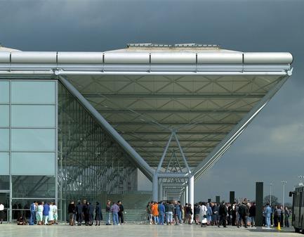 Press kit | 748-33 - Press release | Pour les gens - Pour la Terre : Foster + Partners : exposition sur des précurseurs de l'architecture écoresponsable au Centre de design de l'UQAM - Centre de design de l'UQAM - Évènement + Exposition - 1994 - Stansted Airport, Royaume-Uni - Photo credit: Foster + Partners