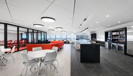 Dossier de presse | 1195-01 - Communiqué de presse | Un nouvel environnement dynamique de travail pour la Banque Nationale - VAD Designers d'espaces - Design d'intérieur commercial -   L'espace bistro sert de zone de repas d'appoint, puisqu'une nouvelle cafétéria au 2e étage dessert déjà l'immeuble. Le bistro lui, peut se prêter aux événements de l'équipe, servir de «work-café», ou de lieu de rencontre et de détente.  - Crédit photo : Stéphane Brügger