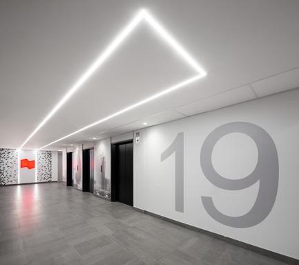 Dossier de presse | 1195-01 - Communiqué de presse | Un nouvel environnement dynamique de travail pour la Banque Nationale - VAD Designers d'espaces - Design d'intérieur commercial - Les halls ont également été rafraîchis. - Crédit photo : Stéphane Brügger