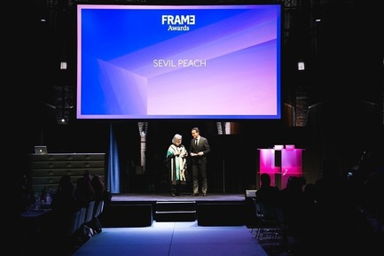 Dossier de presse | 3160-02 - Communiqué de presse | Frame Awards 2018 Winners Announced In Amsterdam - Frame - Design d'intérieur commercial - Robert Thiemann (Host) and Sevil Peach (Winner for Frame Lifetime Achievement Award)  - Crédit photo : Presstigieux