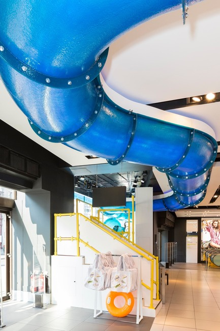 Press kit | 3220-01 - Press release | Topshop Splash! - YourStudio - Commercial Interior Design - The waterslide snakes the store with lights creating realistic effect - Photo credit:  Topshop